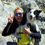 Photo de Baptiste votre guide Esprit d'aventure. Il est avec son chien qui est sur ses épaules.