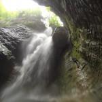 Photo de la cascade d'Angon. On voit une très belle chute d'eau.